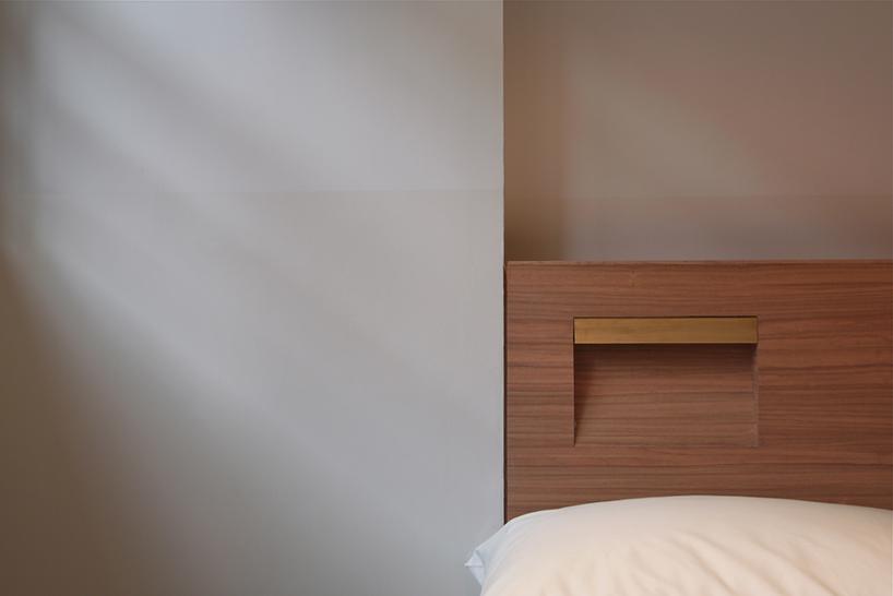 встроенный светильник в изголовье кровати